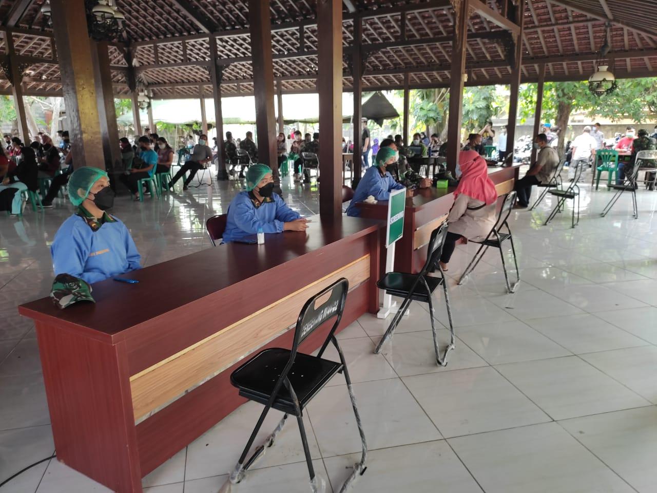 Pemantauan Vaksinasi Dosis 2 utk warga Kota Yogyakarta oleh Kodim 0734 Yk di Pendopo Sumarah Kel. Wirobrajan. Tervaksin 395 peserta